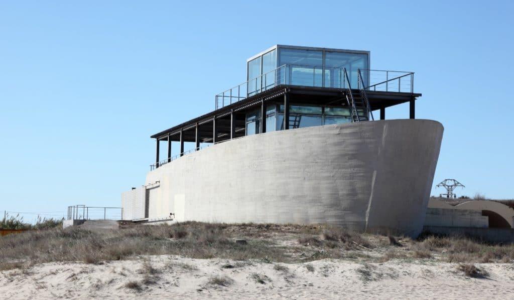 Hay un barco de hormigón varado en la playa de El Saler