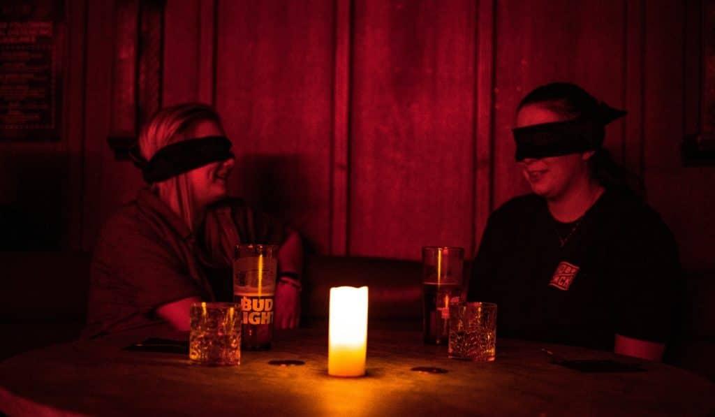 'Dining in the Dark': la cena a oscuras que pone a prueba tus sentidos