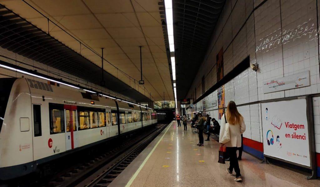 Viatgem en silenci: la campaña que pide no hablar en el metro de Valencia