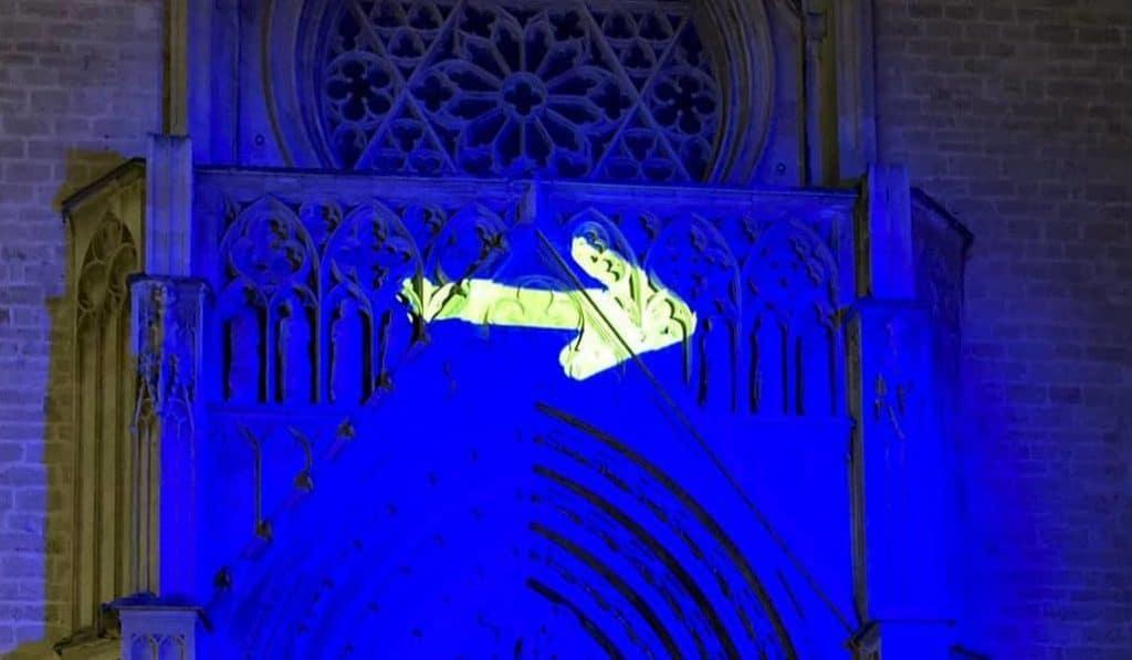 ¿Por qué hay una flecha amarilla sobre la puerta de la Catedral de Valencia?