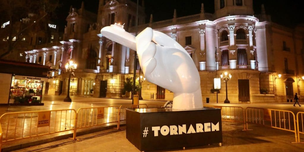 València enciende un pebetero «para recordar a los que ya no están»