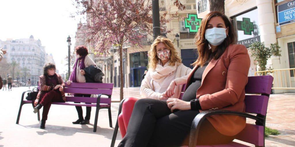 Valencia instala 32 bancos violetas y feministas