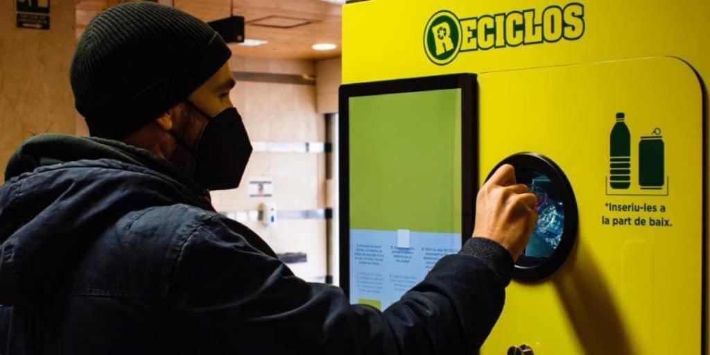 Valencia amplía el número de máquinas que premian el reciclaje
