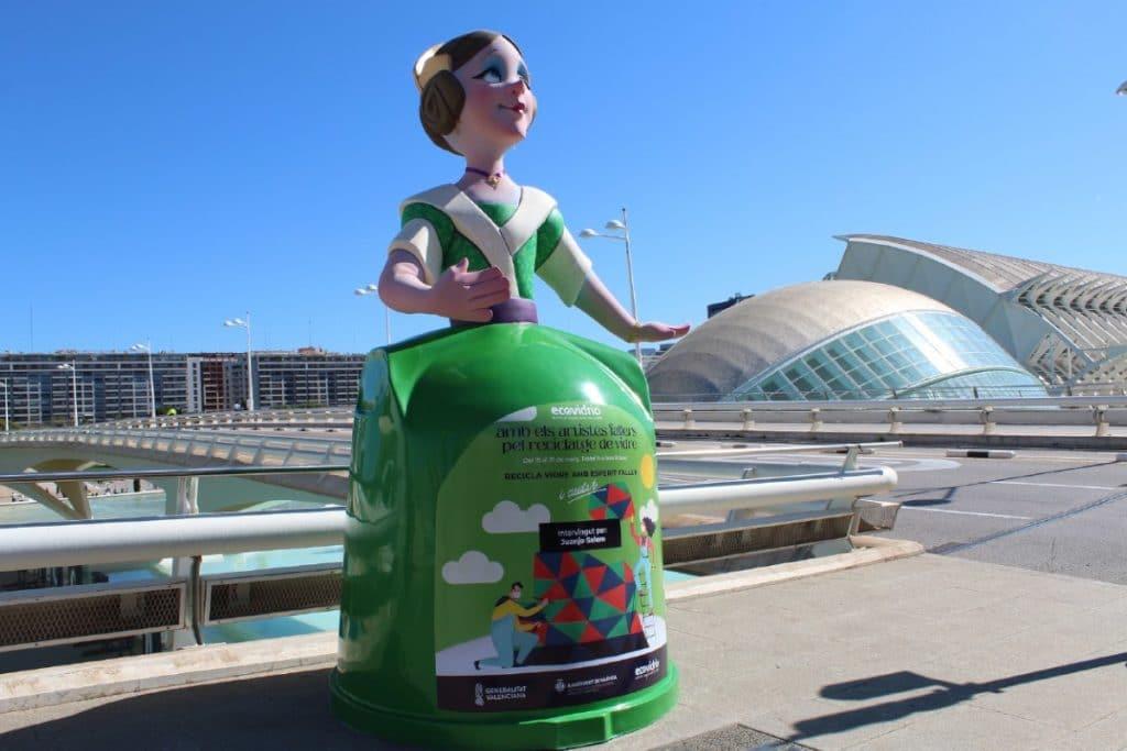 Colocan monumentos de artistas falleros en los contenedores para animar a reciclar