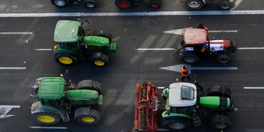 Cientos de tractores colapsan Valencia en protesta por la crisis del arroz