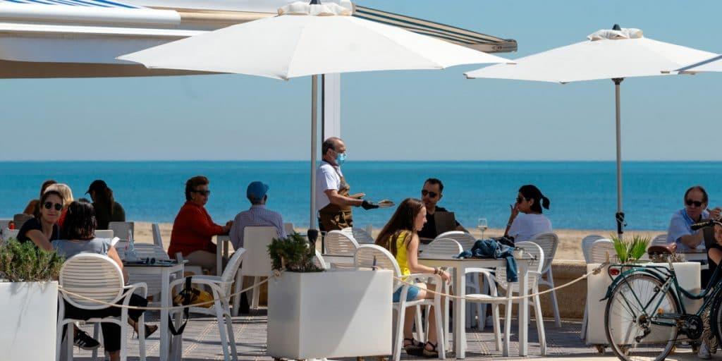 La Comunitat Valenciana amplía de 4 a 6 personas por mesa en bares y restaurantes