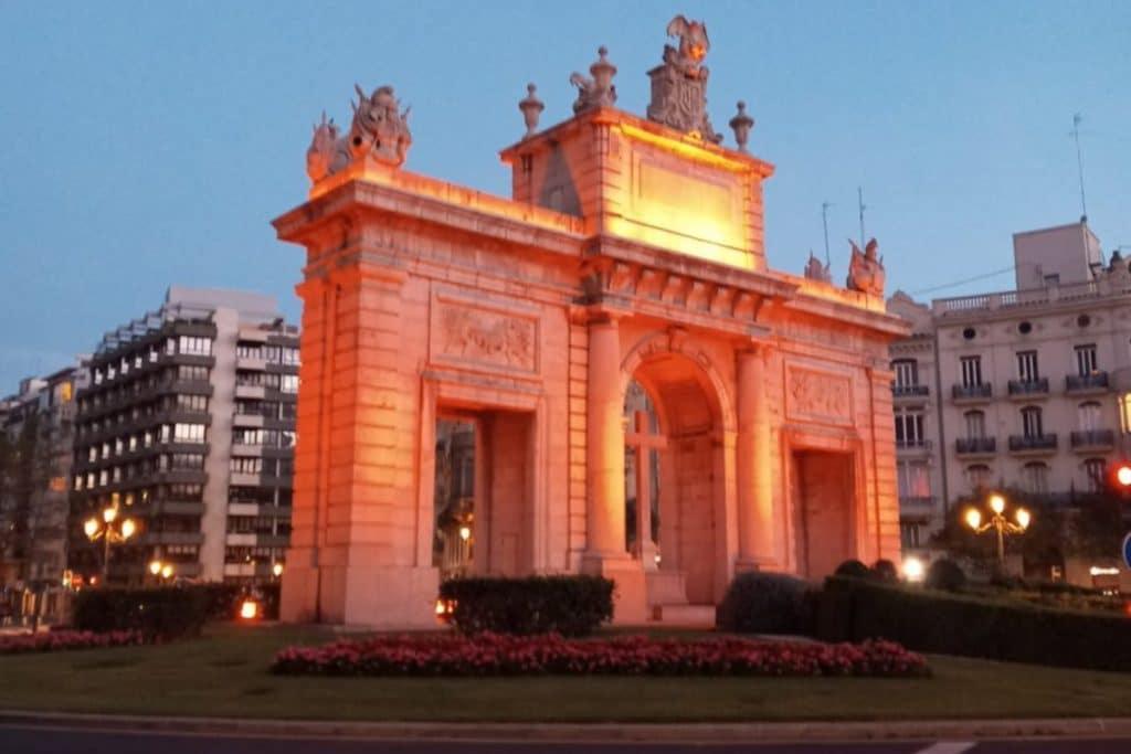 Valencia se ilumina de naranja por las campeonas europeas
