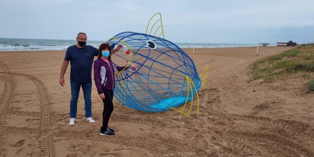 El pez «come plástico»: una idea valenciana para dejar limpia la playa