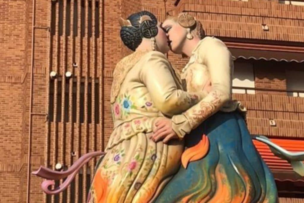 El célebre beso entre dos falleras es ya un monumento fallero
