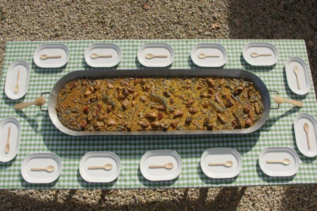 Paello: una versión rectangular de la paella para 14 personas