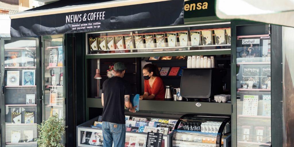 News & Coffee: el kiosco de Valencia con revistas, prensa y café de especialidad