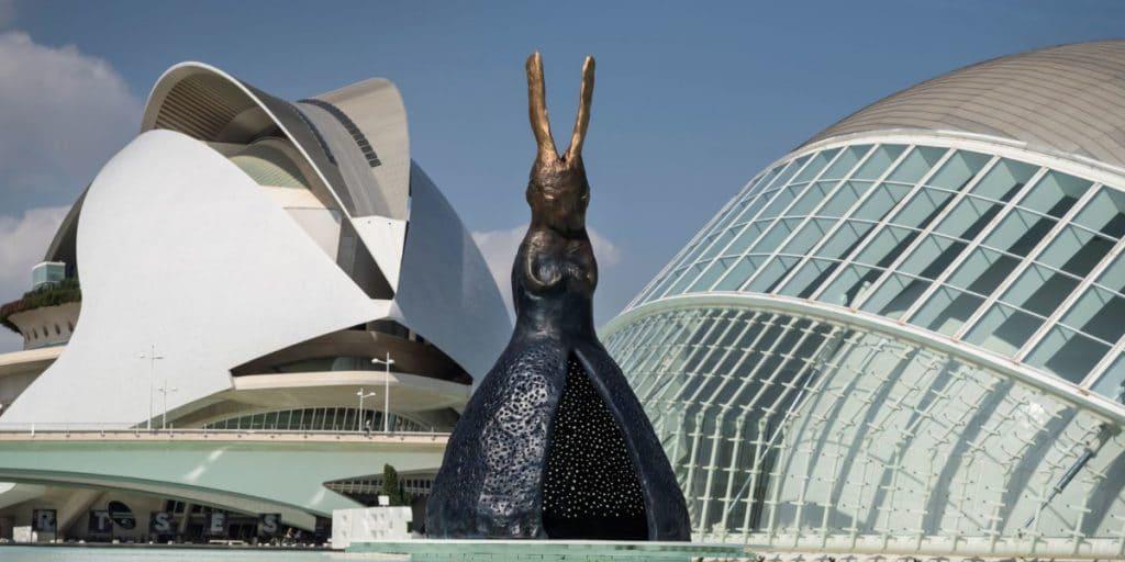 Las figuras gigantes vuelven a la Ciudad de las Artes con esta nueva exposición