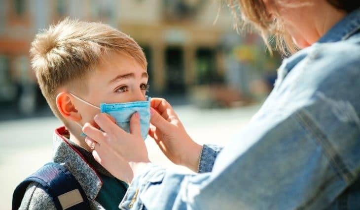 La mascarilla podría dejar de ser obligatoria en los espacios abiertos de los colegios